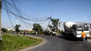 หวิดสลด! รถปูนเกี่ยวสายเคเบิลลากเสาไฟฟ้าล้มทับกระบะรอดตายหวุดหวิดที่อยุธยา (ชมคลิป)