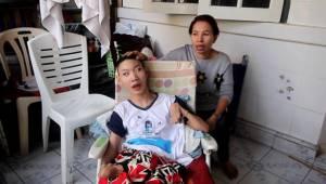 สาวใหญ่เมืองโอ่งวอนคนใจบุญช่วย หลังต้องเลี้ยงเด็กชายพิการอายุ 16 ปี ที่ไม่ใช่ลูกตัวเองเพียงลำพัง