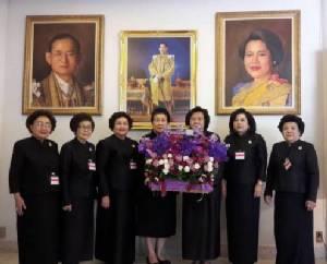 ปธ.สภาสตรีแห่งชาติ ทูลเกล้าฯ ถวายแจกันดอกไม้ถวายพระพรชัยมงคลสมเด็จพระนางเจ้าฯ