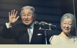 "InClips : ประชาชนญี่ปุ่นหลั่งไหลทอดยาวข้ามสะพาน แห่แซ่ซ้องเฉลิมพระชนมพรรษาครบรอบ 83 พรรษา ""พระจักรพรรดิญี่ปุ่นอะกิฮิโตะ"""