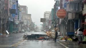 """ฟิลิปปินส์อพยพชาวบ้านตามชายฝั่ง ขณะที่ไต้ฝุ่น """"นกเตน"""" จ่อซัด"""