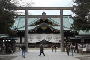 """รมว.กลาโหมญี่ปุ่นรีบไปสักการะ """"ศาลเจ้ายาสุกุนิ"""" ทันควัน หลังกลับจาก """"เพิร์ลฮาเบอร์"""" แค่วันเดียว"""