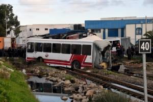 รถไฟพุ่งชนรถบัสในตูนิเซียขาด 2 ท่อน ดับสยอง 5 ศพ-เจ็บกว่าครึ่งร้อย