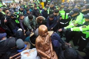 """เมืองปูซานไฟเขียววางรูปปั้น """"สตรีเพื่อการผ่อนคลาย"""" หน้าสถานกงสุลญี่ปุ่น ตอบโต้ รมต.ปลาดิบเยือนศาลวีรชน"""