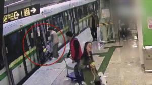 """มักง่าย! พ่อจีนใช้ """"รถเข็นลูก"""" กั้นประตูรถใต้ดินให้ตัวเองขึ้นทัน [ชมคลิป]"""