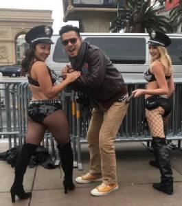"""""""เชน ณัฐวัฒน์"""" สุดฟิน! โดนตำรวจหญิงหุ่นสะบึมจับที่ลาสเวกัส"""