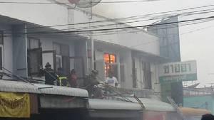 หนีตายอลหม่าน! ไฟไหม้ใหญ่กลางตลาดสดศรีราชาวอด 13 คูหา(ชมคลิป)