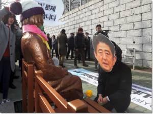 """InPics&Clip : ญี่ปุ่นเดือดจัด! เรียกทูตกลับด่วน หลังเกาหลีใต้ตั้ง """"อนุสาวรีย์หญิงผ่อนคลายอารมณ์"""" ประจานหน้ากงสุลเมืองปูซาน"""