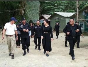 """หญิงแกร่ง""""บุ๋ม ปนัดดา"""" ลุยใต้ให้กำลังใจทหารพรานสุไหงปาดี พร้อมเยี่ยมผู้ประสบภัยน้ำท่วม"""