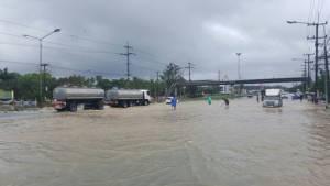 น้ำทะลักท่วมบางสะพาน ถ.เพชรเกษม จมบาดาล อุตุฯ เตือนฝนยังตกหนัก