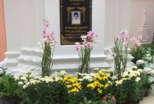"""เร่งจัดสถานที่-ตกแต่งดอกไม้รอบเจดีย์พระเอก """"ปอ"""" ทำบุญครบ 1 ปีเสียชีวิตพรุ่งนี้"""