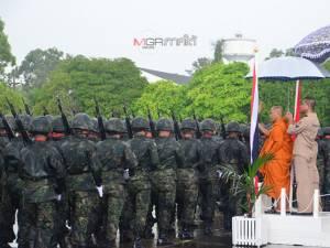 """ทหารนาวิกฯ ภาคใต้สวนสนามถวายสัตย์ต่อ """"ธงชัยเฉลิมพล"""" ในวันกองทัพไทย ท่ามกลางสายฝน"""