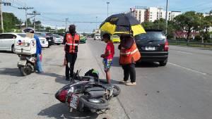 ลุงวินรับจ้างขี่ย้อนศร ถูกรถเก๋งนักศึกษาออกจากซอยชนขาหัก