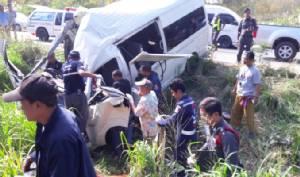 ระทึกอีกรอบ รถตู้โดยสารยางระเบิดเสียหลักตกถนนชนตอไม้คนขับดับคาที่