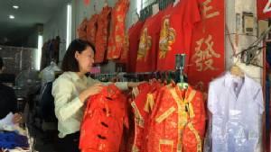เชียงใหม่เสื้อผ้าสีแดงใส่ตรุษจีนยอดขายซบเซา-บางร้านต้องปรับตัววางขายสีดำแทนแต่ลวดลายเหมือนเดิม