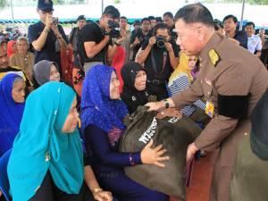 องคมนตรีเป็นผู้แทนพระองค์มอบถุงยังชีพพระราชทานช่วยผู้ประสบอุทกภัย อ.รามัน