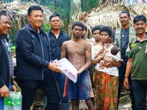 รองผู้ว่าฯ พัทลุงมอบถุงยังชีพให้ชาวซาไก หลังเดือดร้อนเจอฝนหนักออกหาของป่าไม่ได้