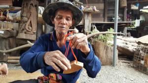 """ทึ่ง! ลุง 65 ปีบุรีรัมย์นำเศษไม้ประดิษฐ์ """"กระดึง"""" ขายเป็นของที่ระลึก-อนุรักษ์ภูมิปัญญา"""
