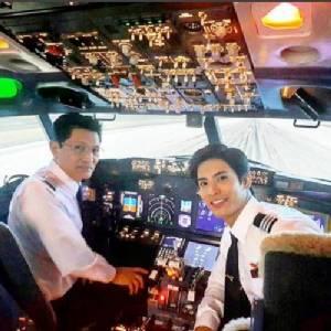 """หล่อคูณสอง!! เมื่อ """"สน ยุกต์"""" ต้องเข้าฉากกับพ่อที่เป็นกัปตันเครื่องบินตัวจริง"""