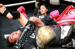 """(คลิป-ภาพ) ลีลาไม่หวานเหมือนหน้า!! 2 นักสู้หญิง MMA ซ้อมโชว์ ก่อนขึ้นเวที """"วัน วอริเออร์ คิงดอม"""""""