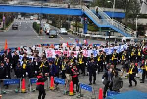 วุ่น! ชาวจีนรวมตัวประท้วงกลางกรุงโตเกียว ปมหนังสือบิดเบือนประวัติศาสตร์โศกนาฎกรรมนานกิง หวิดปะทะกลุ่มรักชาติญี่ปุ่น (ชมภาพ)