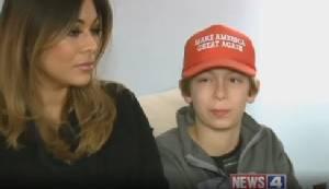 """สหรัฐฯ แตกแยกลามถึงเด็ก หนูน้อยถูกรุมรังแกโทษฐานสวมหมวกหนุน """"ลุงทรัมป์"""" (ชมคลิป)"""