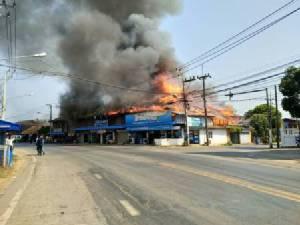หนีตายอลหม่าน! ไฟไหม้ร้านค้ากลางตลาดทุ่งยั้ง-ลับแลวอด(ชมคลิป)