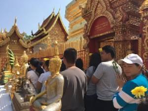 ทั้งไทย-เทศนับหมื่นแห่ขึ้นบันไดนาค เวียนเทียนแน่นวัดพระธาตุดอยสุเทพ