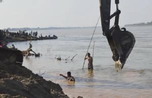 ชาวท่าอุเทนแห่เฝ้างมต้นตะเคียนเก่าแก่อายุ 109 ปี จมน้ำโขง