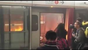 """แพทย์ชี้มือเผารถไฟฮ่องกงมีอาการทางจิต สมาชิกสภาฮ่องกงจวกยับรถไฟฟ้าใต้ดินฮ่องกงเกือบครึ่ง """"ไร้กล้องวงจรปิด"""" (ชมภาพ)"""