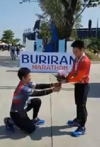 """คลิปหวาน 2 หนุ่มนักวิ่งคุกเข่าขอแต่งงานฉลองวาเลนไทน์ที่ """"บุรีรัมย์"""""""