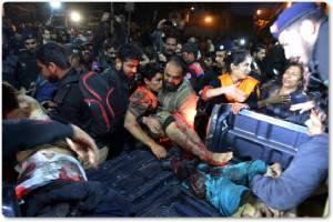"""InClips:ภาพ CCTV เผย """"มือระเบิดฆ่าตัวตาย""""แฝงตัวผ่านกลุ่มผู้ประท้วงในลาฮอร์ จุดระเบิดโจมตีตำรวจปากีฯ ดับ 14 บาดเจ็บร่วม 80"""