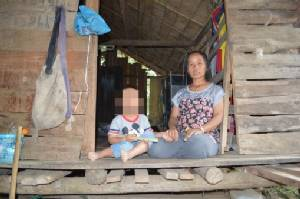 สุดลำเค็ญ! ชุมชนขอสิทธิ์ให้สาวลาวสู้ชีวิต สามีตาย-ลูก 2 เพศ-อุ้มท้องแก่อีกคน