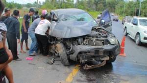 รถกระบะแซงไม่พ้นชนรถ 6 ล้อบรรทุกพนักงานโรงแรมเจ็บหลายราย