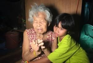 ธารน้ำใจหลั่งไหล...ช่วยยายศรีสะเกษวัย 78 ปีขาขาดมือกุด เลี้ยงหลานสาว 10 ขวบ