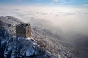 """สวยทุกฤดู! หิมะห่มคลุม """"กำแพงเมืองจีน"""" ชาวดัตช์ส่งโดรนบินเก็บภาพ (ชมคลิป)"""