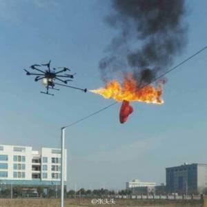 """เผาให้เรียบ! บริษัทจีนโชว์ """"โดรนพ่นไฟ"""" เหินเวหาพ่นเพลิงทำลายขยะตามที่สูงไหม้เป็นธุลี (ชมคลิป)"""