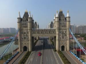 """ยิ่งกว่าสำเนาถูกต้อง! จีนสร้างสะพานเลียนแบบ """"ทาวเวอร์ บริดจ์"""" เมืองผู้ดี (ชมภาพ)"""