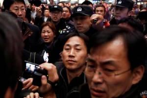 """ผู้ต้องสงสัยโสมแดง """"รี จอง ชอล"""" เดินทางถึงปักกิ่ง-อ้างถูก """"มาเลเซีย"""" ยัดข้อหาสังหาร """"พี่ชายคิม"""""""