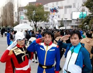 """ซะโยนะระ! ชาวญี่ปุ่นร่วมส่งท้าย """"หุ่นกันดั้มยักษ์"""" หลังยืนตะหง่านมานานกว่า 8 ปี"""