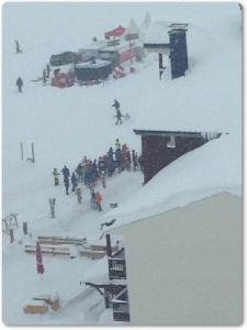"""In Pics&Clip: นักสกีฝรั่งเศสทั้งหมดรอดปาฎิหารย์ หลังเกิดหิมะถล่มระดับ 4 """"สกีรีสอร์ตติญส์"""" บนเทือกเขาแอลป์วันนี้"""