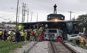 รถบัสท่องเที่ยวติดแหง็กที่จุดข้ามทางรถไฟในมิสซิสซิปปี โดนม้าเหล็กชนกระจุย บาดเจ็บล้มตายเพียบ