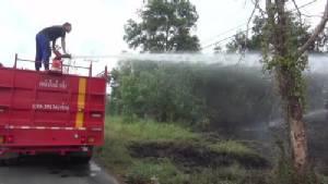ไฟไหม้หญ้าข้างทาง หวิดลุกลามเข้าบ้านเรือนของชาวบ้านกลางเมืองจันทบุรี