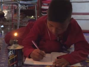 สุดรันทด! ครอบครัวนักเรียนปัตตานีไร้ไฟฟ้าใช้ ต้องจุดตะเกียงทำการบ้าน 3 ปี