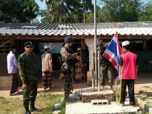 """""""อส.ชายแดนใต้"""" มอบธงชาติไทยผืนใหม่ให้แก่โรงเรียนตาดีกาในสะบ้าย้อย"""