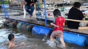 อากาศร้อนพาครอบครัวเล่นน้ำ สคร.10 เตือนระวังเด็กจมน้ำช่วงปิดเทอม