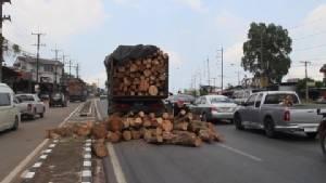 10 ล้อ บรรทุกไม้เกินน้ำหนัก ออกตัวหลังติดไฟแดงล้อหน้ายกทำให้เชือกที่รัดมากับไม้ขาดทำไม้หล่นพื้นเต็มถนน