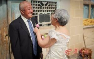 """อบอุ่นหัวใจ! ชาวเน็ตแห่แชร์ภาพคู่รักวัยชรา พิสูจน์รักแท้ """"ตลอดกาลและตลอดไป"""" มีอยู่จริง"""