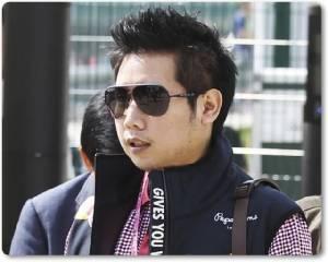 """Exclusive : น่าอับอาย! """"บอส"""" ลูกชายเจ้าของกระทิงแดง ถูกสื่อนอกแฉไม่สำนึก ใช้ชีวิตหรูบินรอบโลก หลังขับรถชนตำรวจตายในไทย"""