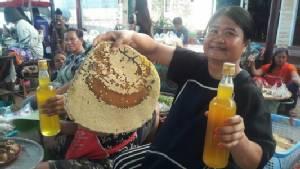 พาไปดู..ตลาดซื้อขายอาหารป่าที่นครพนม น้ำผึ้งเดือนห้าขวดละ 600 บาทไม่จองอด(ชมคลิป)